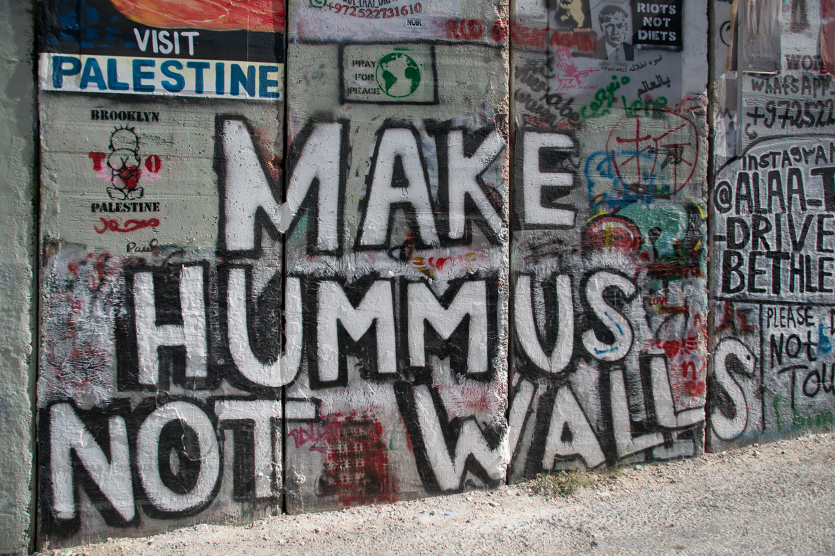Israel - Bethlehem graffitti Make hummus not walls- 1200px