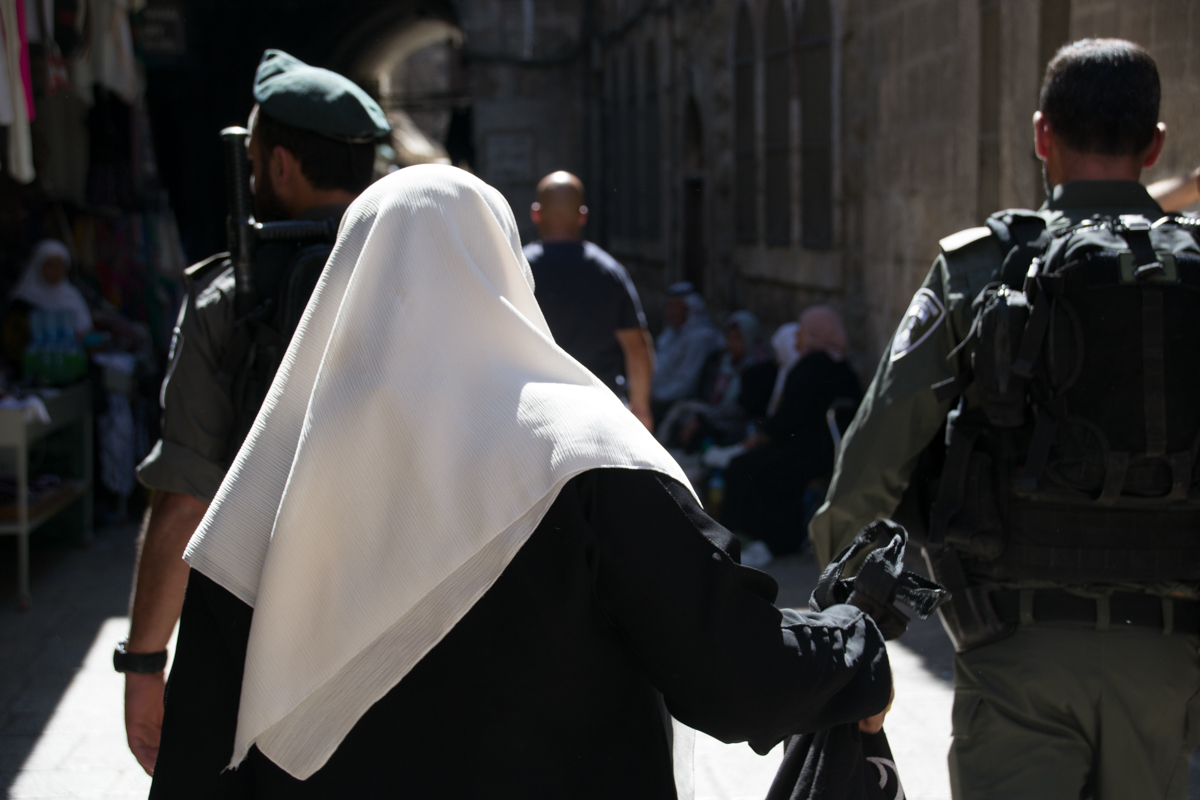 Israel - Muslim woman and Israeli soldiers Jerusalem- 1200px