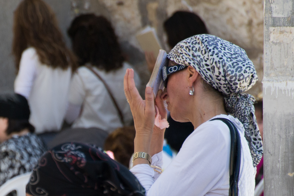 Israel - Praying Jewish woman Western Wall - 1200px