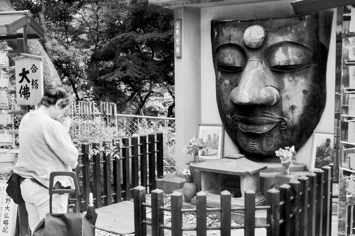Japan - BW woman praying for Buddha