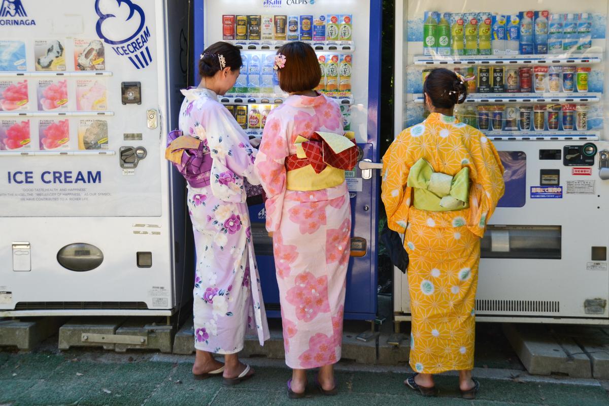 Japan - Ladies in kimono with vending machine
